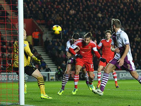 Dani Osvaldo heads Saints' second equaliser against Aston Villa.